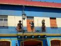 La rue Camilito, dans La Boca - Au balcon, 3 vedettes argentines : Diego Maradona (footballer de légende), Eva Peron (première dame qui a eu une grande influence politique) et Carlos Gardel (chanteur de tango)